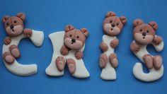 Letras de fondant con ositos. Bear letters Cake Decorating Techniques, Cake Decorating Tips, Cookie Decorating, Deco Cupcake, Cupcake Cakes, Fondant Cake Toppers, Fondant Cakes, Fondant Letters, Teddy Bear Cakes