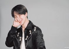 Animated gif uploaded by ᴳᵒˡᵈᵉᶰ ᴵᵈᵒˡ. Find images and videos about gif, bts and jungkook on We Heart It - the app to get lost in what you love. Jimin Selca, Jungkook Cute, Bts Jungkook, Seokjin, Bts Wallpaper Lyrics, Foto Jimin, Photoshoot Bts, Bts Maknae Line, Bts Memes Hilarious