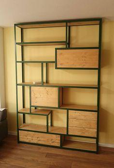 De kast is opgebouwd uit stalen hoekprofielen die het frame van de kast vormen. In het stalen frame liggen Vuren (steigerhouten) planken met eventueel een uitstraling van een andere houtsoort, zoals in dit geval eiken. Op sommige plekken is een kastje gemaakt, dat in het frame hangt,