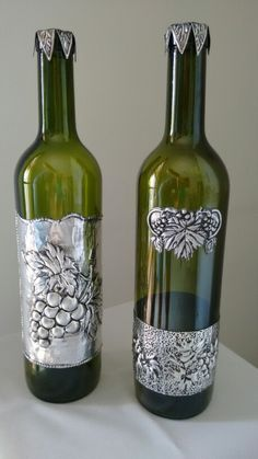 These grape bottle crafts provide a mass of techniques to pull out and reinvent this day-to-day piece, Will you opt to recycle your grape box or repurpose it? Tin Foil Art, Aluminum Foil Art, Aluminum Can Crafts, Metal Crafts, Glass Bottle Crafts, Wine Bottle Art, Diy Bottle, Tin Can Art, Tin Art