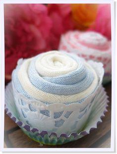 Wie süß: Die kleinen Sockenmuffins sind tolle Geschenke zur Geburt und ein wahrer Augenschmaus. #diy #Baby
