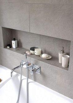 niche de salle de bain et baignoire avec déco petit espace