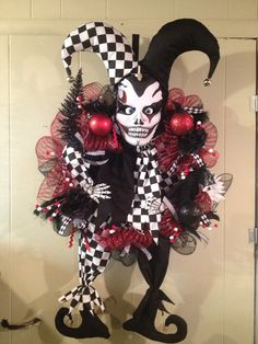 Tiny harlequin Jester the wreath.  What a great use of black, white and red!  Halloween Festive Harlequin Fête