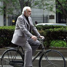 Cycling can be as elegant as Sean Connery The post Fitness: Stars on the bike appeared first on Trendy. Velo Retro, Velo Vintage, Vintage Cycles, Vintage Bikes, Raleigh Bicycle, Raleigh Bikes, Sean Connery, James Bond, Bicicletas Raleigh