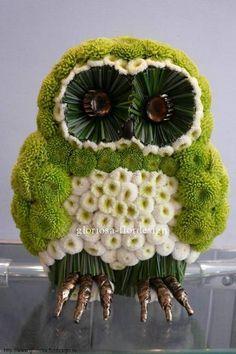 It's an owl flower arrangement! Funeral Flower Arrangements, Beautiful Flower Arrangements, Funeral Flowers, Unique Flowers, Silk Flowers, Beautiful Flowers, Deco Floral, Arte Floral, Floral Design