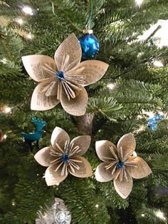 How to DIY Christmas Paper Ornaments: Craft ideas - ArchInspire Paper Christmas Decorations, Paper Christmas Ornaments, Flower Ornaments, Noel Christmas, Primitive Christmas, Homemade Christmas, Rustic Christmas, Tree Decorations, Origami Ornaments