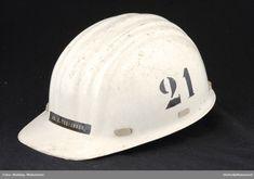 "Glassfiber med plast og skumgummi inni. Påmalt ""21"" på siden. Merket ""68.E.Tobiassen"" foran. Helmet, Fashion, Pictures, Tools, Moda, La Mode, Motorcycle Helmet, Fasion, Helmets"