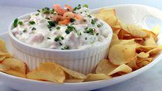 Los chips de yuca son perfectos para servir con salsas, dips o como acompañante de alguna carne asada. Basta cortarlos en rodajas y freírlos o hacerlos al horno. Y si los acompañas con un dip de camarón serán la sensación en la mesa.