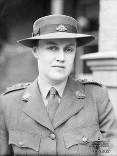 Captain Nora Heysen, Australian war artist WW2 Australian Artists, World War Two, Police Officer, Ww2, Two By Two, Memories, Painters, Weapons, Photographs