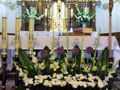 Resultado de imagen de dekoracja ołtarza komunia Altar Flowers, Church Flowers, Front Gardens, Floral Arrangements, Flower Arrangement, Images, Iglesias, Creative, Weddings