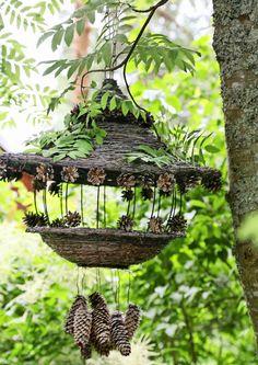 Sammal, jäkälä, marjat, oksat ja muut luonnontuotteet ovat hyvää materiaalia… Garden Crafts, Garden Projects, Garden Art, Garden Design, Outdoor Art, Outdoor Gardens, Outdoor Decor, Diy Garden Fountains, Bird House Feeder