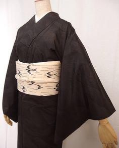 きれい色の紬を最近中心に紹介しておりますがなんの茶系の本格派もがっちり人気です 流水柄の大島紬に最近入荷したての燕の琉球柄帯をコーディネートしました… Yukata, Geisha, Traditional Japanese Kimono, Modern Kimono, Kimono Design, Summer Kimono, Kimono Pattern, Japanese Outfits, Japanese Beauty