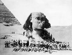 Rejtélyes, 1897-es felvétel árulkodik a gízai nagy szfinx múltjáról. A gízai nagy szfinx a Föld egyik legnagyobb és egyben az egyik legrégebbi szobra. Oroszlántestű és emberfejű lényt ábrázol, ezzel minden későbbi ilyen alak (szfinx) prototípusa. Hozzávetőleg az i. e. 26. században készült, egyidőben az egyiptomi Óbirodalom IV. dinasztiájának gízai piramisaival. 4500 éve áll a Nílus völgyének szélén, és mintegy jelképesen őrzi a piramisokat. Története során többször eltemette a homok…