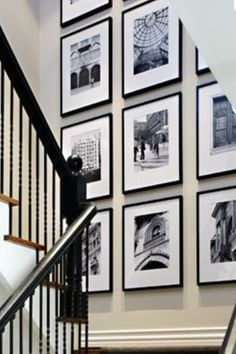 Tavelvägg bredvid skåpväggen i vardagsrummet stairs большие дома, дом, идеи Home Decor Bedroom, Diy Home Decor, Stair Landing Decor, Stairwell Wall, Apartment Living, Living Room, Stairs, Staircase Walls, Interior Design