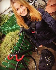 Ich mach mich dann auch mal auf'n weg...  #Berlin #berlinbicycleweek #bfs #fahrradschau #bikepunk #fixedgear #girlswhoride #goodtimes by madlin_fixedgear_hro