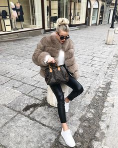154 trendy winter outfits to help to level up your winter style – page 1 Winter Coat Outfits, Winter Fur Coats, Winter Fashion Outfits, Fur Fashion, Autumn Winter Fashion, Winter Outfits, Woman Fashion, Fashion Blogs, Fashion 2016