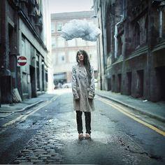Rosie Hardy é uma fotógrafa britânica que, com apenas dezenove anos, já se encontra em uma posição privilegiada, sendo conhecida mundo afora e, inclusive, sendo a autorada capa do álbum do Maroon 5.