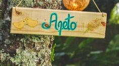 Plaquinha de madeira pintadas à mão pendurada na árvore
