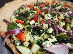 Kräuter-Alarm bei dieser schmackhaften Giersch-Quiche mit Gemüse! Ganz einfach gemacht im Thermomix. Zucchini, Vegetable Pizza, Cobb Salad, Main Dishes, Vegetables, Food, Vegetarian Quiche, Red Peppers, Thermomix