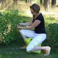 One can sit on it comfortably and can do different activities. Rosen Beet, Stoff Design, White Jeans, Outdoor, Activities, Smart Home, Bucket, Rain Gauge