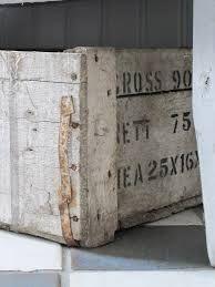 Oude houten kisten. Het liefst met originele tekst, geven al zoveel sfeer, meer toevoegingen zijn bijna niet nodig.