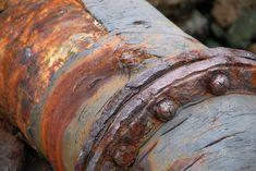 Wenn zwei unterschiedliche Metalle aufeinandertreffen, kann Kontaktkorrosion auftreten. Wird etwa eine Schraube aus Edelstahl in ein verzinktes Blech aus Stahl geschraubt, kann Korrosion auftreten. Das Rosten wird durch das edlere Metall gefördert. Bedingung für diesen Verlauf ist das Vorhandensein eines korrosiven Mediums zwischen beiden Metallen, also zum Beispiel Wasser oder die immer vorhandene normale Luftfeuchtigkeit. Magnesium, Aluminium, Texture, Wood, Crafts, Galvanized Sheet Metal, Galvanized Metal, Galvanized Steel Sheet, Civil Engineering