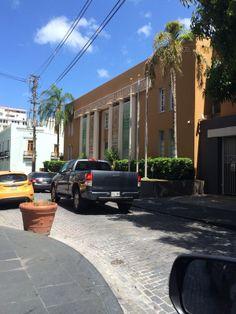 Camara de Comercio de Puerto Rico, San Juan. Estas tres astas solitarias que presetanla ubicacion de las banderas. Día no laborable.