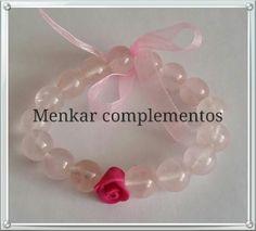Pulsera elástica de cuarzo rosa con detalle de rosa elaborada a mano con arcilla polimérica y lazo.