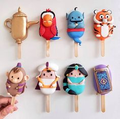 Are these not the most brilliant cake pops ever? With the new Aladdin live action released this weekend, we can't think of a better… Disney Desserts, Disney Food, Disney Recipes, Disney Cake Pops, Paletas Chocolate, Chocolate Cake, Comida Disney, Cake Pop Designs, Magnum Paleta