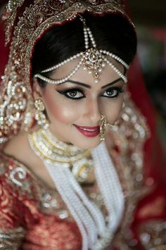 Love this Bengali Bride's headpiece! | Photo by Amir Haq