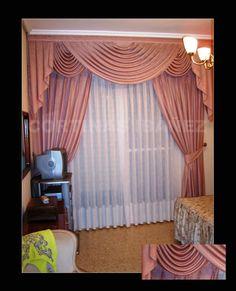 Montaje triple de cortinas con bando de Hondas y corbatas forradas, caídas 1/3 y abrazaderas recogidas en alzapaños de latón, visillo con vainica.