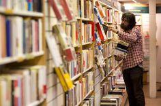El libro de papel resiste la avalancha digital / @el_pais   #ebooks #books