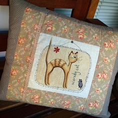 https://flic.kr/p/zMJgvj   Almofadinha 'gato e rato'  fuxicochiq  #cat #gato #scaredycat #fuxicochiq #almofadinha #tissu #floral #estampabacana #estampado #poá #bege #cute #fofura #tecido #colors #cotton #instacat #animals #estampafloral #handmade #tecidoimpor