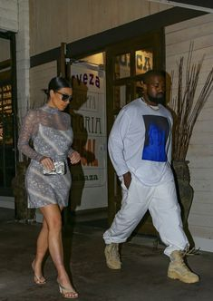 Kim Kardashian is showing off her style while stepping out for dinner with husband Kanye West on Monday night (August in Calabasas, Calif Kim Kardashian Kanye West, Kardashian Jenner, Kenya West, Kanye West Family, Smart Casual, Formal Wear, Her Style, Yeezy, Celebrity Style