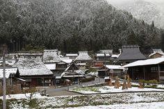 茅葺の里「美山」の冬景色 京都府南丹市美山町北 重要伝統的建造物群保存地区 - 茅葺屋根の民家、なつかしい町並み