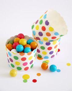 Caissettes cupcakes ou muffin en carton à pois colorés #cupcakes #caissettes #pois