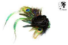 *Extravaganter Haargesteck, Brautschmuck aus Pfauenfedern und einer eleganten schwarzen Blüte*