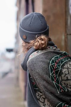 Hipster hiking outfit, beanie and cardigan grey and green look for Women. Ethical and ecological beanie. Jogging Outfit, Jogging Clothes, Beanie Outfit, Casual Winter Outfits, Autumn Winter Fashion, Winter Style, Ladies Dress Design, Looking For Women, Winter Hats
