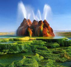 Fly Geysers, Estados Unidos. Resultam de perfurações que os homens fizeram em busca de água. Encontraram, mas a ferver. Os sedimentos lançados em jato fazem agora parte da paisagem... sobrenatural.