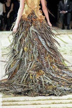 Alexander McQueen at Paris Fashion Week Spring 2011 - Details Runway Photos Fashion Mode, Look Fashion, Fashion Details, Fashion Art, Runway Fashion, High Fashion, Fashion Show, Fashion Design, Feather Fashion