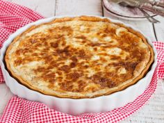 Two for a cozy Valentine's brunch? Whatever the occasion, quiche makes it simple as it can be made well in advance and frozen. Then all you need do is heat the quiche… Quiche Recipes, Pie Recipes, Quiche Camembert, Quiches, Cooking Stores, Italian Pastries, Cheese Pies, Shortcrust Pastry, Vegetarian Cheese