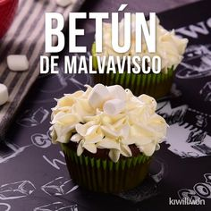 Video of Marshmallow Bitumen- Video de Betún de Malvaviscos Marshmallows are a perfect treat for desserts and in this case we will use them to make a delicious bitumen that will help you decorate cakes and cupcakes. It& delicious, you have to try it. Marshmallow Frosting Recipes, Cupcake Recipes, Dessert Recipes, Buttercream Frosting, Cheap Clean Eating, Clean Eating Snacks, Marshmallows, Cupcakes, Cupcake Videos
