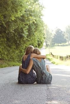 New photography ideas for friends photo shoots bff sibling poses ideas Best Friend Photography, Photography Women, Photography Ideas For Teens, Couple Photography, Maternity Photography, Best Poses For Photography, Older Sibling Photography, Levitation Photography, Group Photography