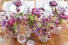 Flores em tons de rosa, pink, lilás e roxo em nossa mesa de almoço! Os arranjos foram feitos pela Milplantas em vasos de Murano by Paula Bassini! A mesa contou com detalhes em azul para completar essa paleta de cores que adoramos!