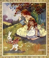 Alicia estaba empezando a cansarse de estar sentada con su hermana junto a la orilla delo río sin nada que hacer...cuando de pronto vio pasar corriendo a un Conejo Blanco de ojos rosados.