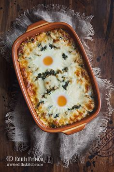 Oua pe pat de amestec de spanac, cu ciuperci si ceapa prajita, gratinate cu mozzarella.