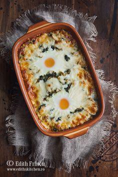 Oua pe pat de amestec de spanac, cu ciuperci si ceapa prajita, gratinate cu mozzarella. Edith's Kitchen, Hummus, Food To Make, Delish, Bacon, Stuffed Mushrooms, Food And Drink, Lunch, Mozzarella