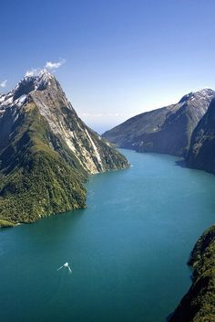 Milford Sound Fiordland National Park South Island, New Zealand http://vertrekdirect.nl/bestemming/Nieuw-zeeland?utm_source=pinterest&utm_medium=textlink&utm_campaign=socialmedia