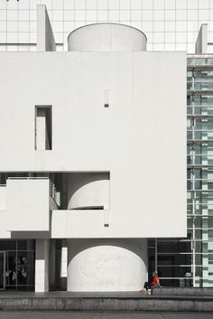 Barcelona Museum of Contemporary Art - Richard Meier & Partners Chinese Architecture, Architecture Office, Futuristic Architecture, Architecture Details, Office Buildings, Richard Meier, Richard Neutra, Museum Of Contemporary Art, Contemporary Architecture