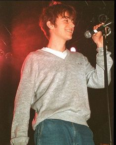 damon albarn was really hot yall 😳 Gorillaz, Damon Albarn Young, Pretty People, Beautiful People, Blur Band, Jamie Hewlett, Britpop, Alex Turner, Arctic Monkeys